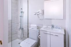 Bathroom with shower GHT Hotel Balmes