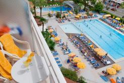 Habitación vista piscina Hotel GHT Oasis Park Spa Lloret de Mar